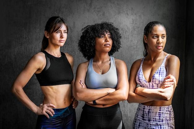Sportowe trenerki osobiste stojące ze skrzyżowanymi rękami