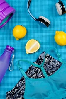 Sportowe ubrania i akcesoria dla kobiet na niebieskim stole