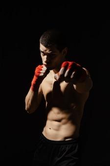 Sportowe uderzenie boksera z determinacją i ostrożnością