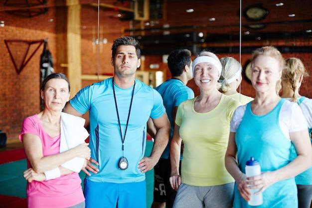 Sportowi ludzie na siłowni