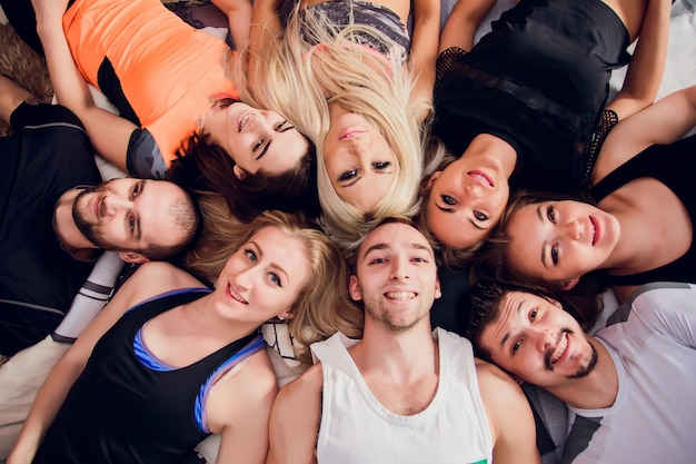 Sportowi przyjaciele bierze selfie przy gym.