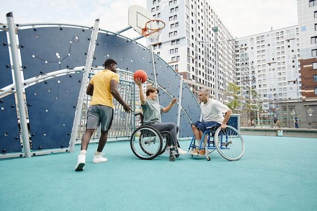 Sportowiec bawiący się razem z osobami niepełnosprawnymi