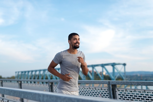 Sportowiec biegnący na treningu