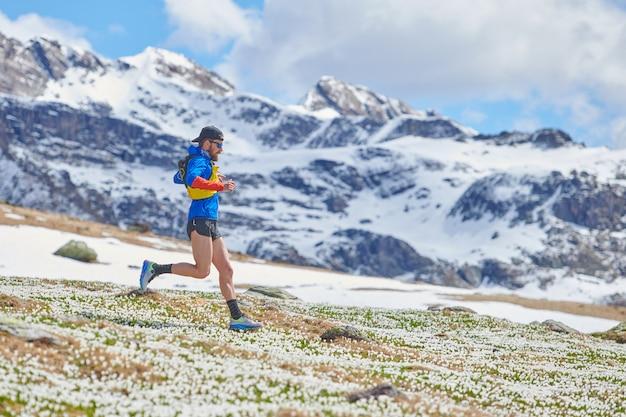 Sportowiec biegnie górski szlak zjazdowy