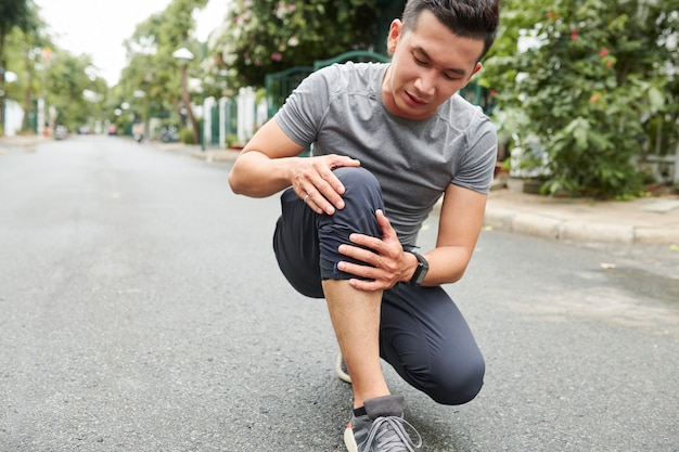 Sportowiec cierpiący na ból kolana