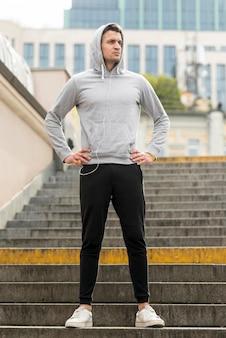 Sportowiec ćwiczy na świeżym powietrzu, aby zachować formę