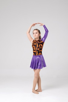 Sportowiec dziewczyna w stojaku przygotowując się do choreografii