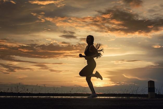 Sportowiec fitness, biegacz słuchający muzyki w aplikacji mobilnej na smartfony, śledzący postępy