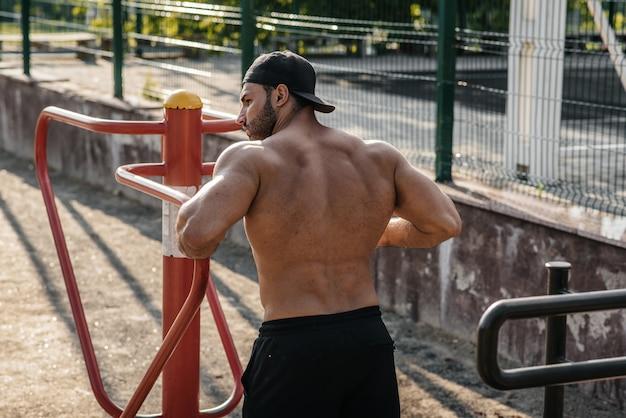 Sportowiec fitness trenuje na boisku sportowym. zdrowy tryb życia