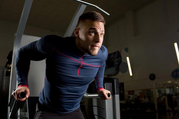 Sportowiec na siłowni