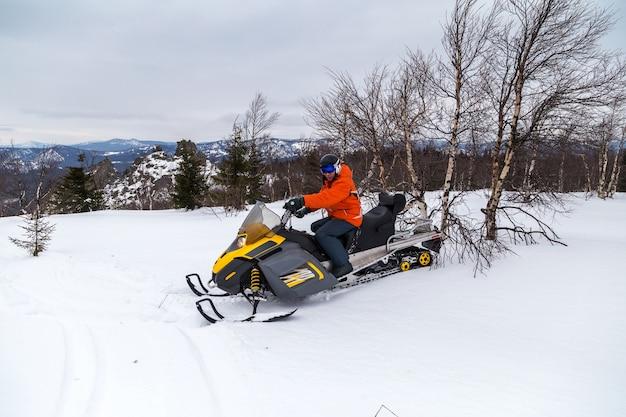 Sportowiec na skuterach śnieżnych