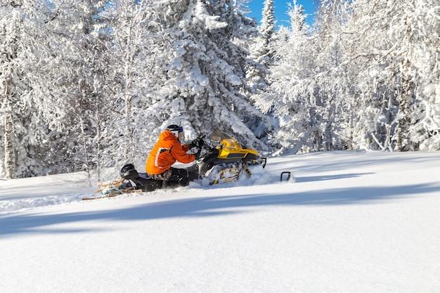Sportowiec na skuterze śnieżnym.