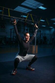 Sportowiec na treningu, trening wytrzymałościowy na linach