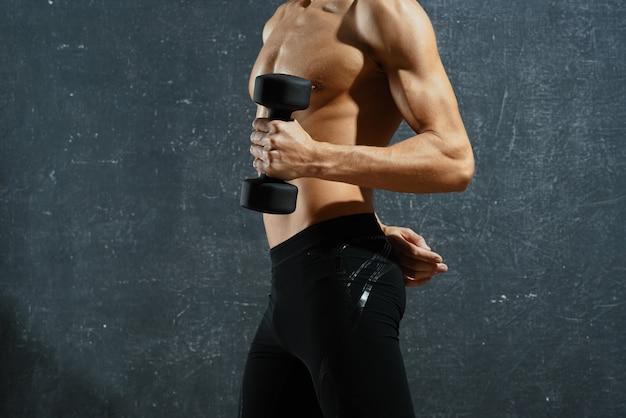 Sportowiec napompował motywację do treningu na ciemnym tle