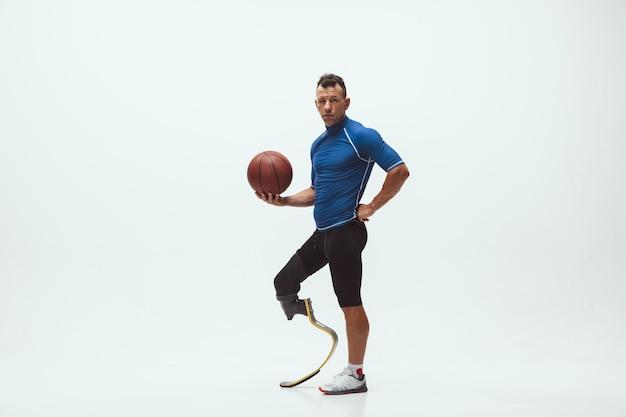Sportowiec niepełnosprawny lub po amputacji na białym tle studio