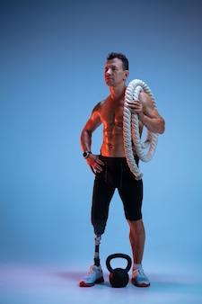 Sportowiec niepełnosprawny lub po amputacji na niebieskim tle