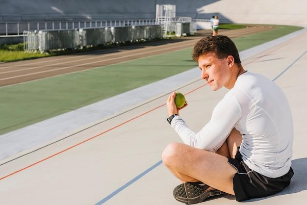 Sportowiec obserwujący bieżnię
