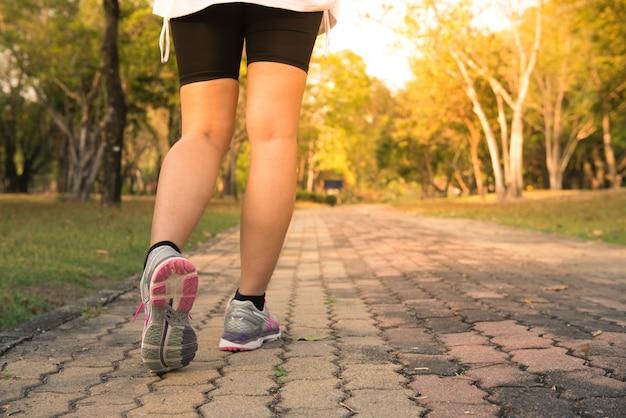 Sportowiec parku poza kobiet runner