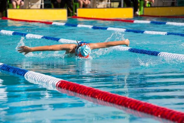Sportowiec pływak pływanie w wyścigu compettition