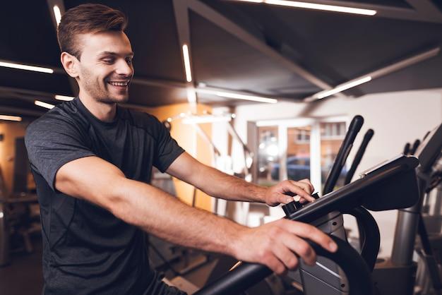 Sportowiec robi ćwiczenia z trenerem chodzenia.