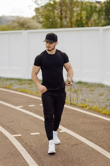 Sportowiec robi trening fitness. trening poza siłownią.