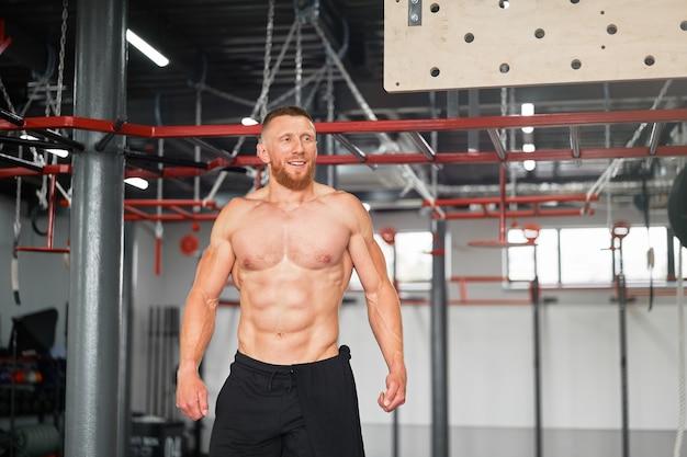 Sportowiec siłowni mężczyzna