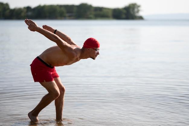 Sportowiec skoki w jeziorze