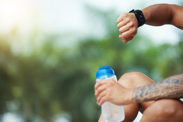Sportowiec sprawdza smartwatch na zewnątrz