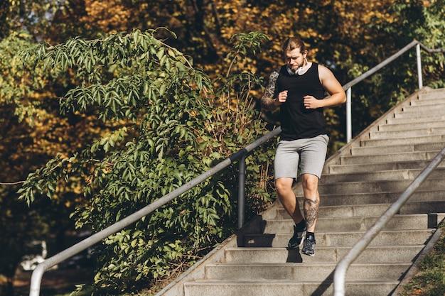 Sportowiec sprawny człowiek podbiegł w zwolnionym tempie