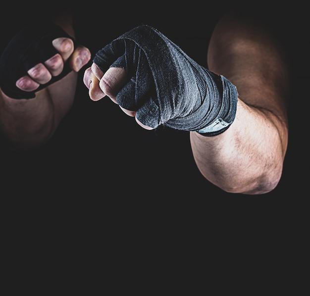Sportowiec stoi w pozycji bojowej
