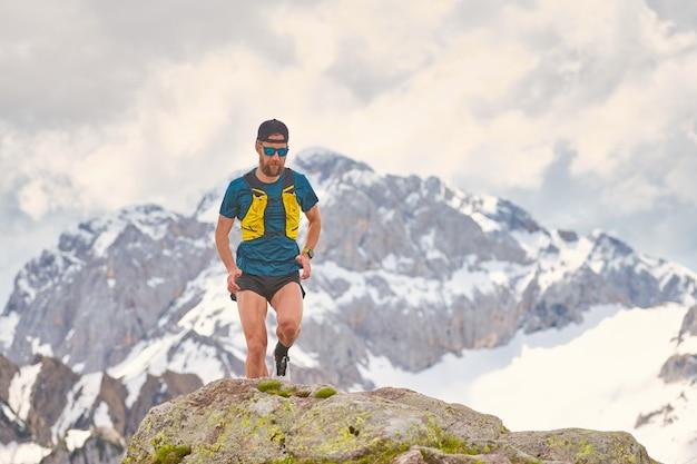Sportowiec trail running w górach na skałach
