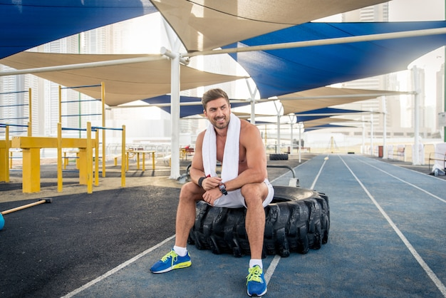 Sportowiec trenujący na zewnątrz