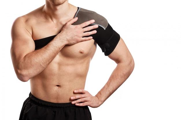 Sportowiec z bandażem wspierającym na ramieniu