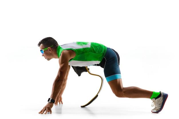 Sportowiec z niepełnosprawnościami lub po amputacji na białym tle.