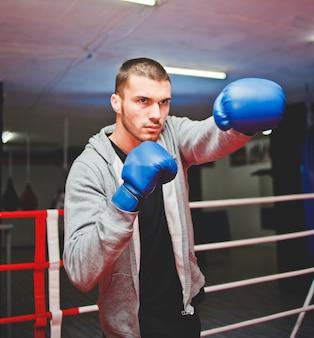 Sportowy bokser bokserski na ringu