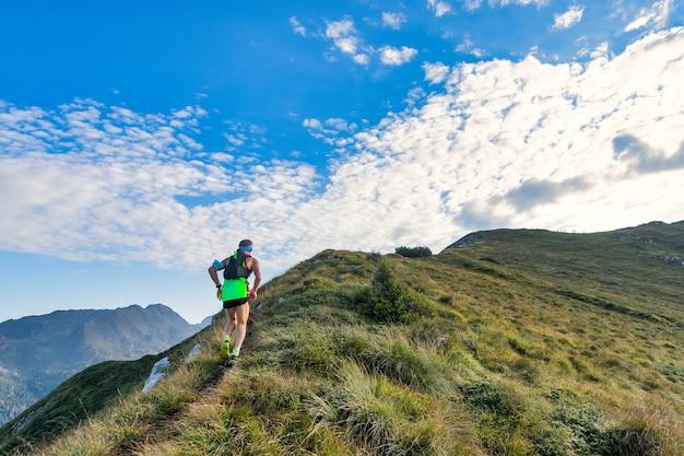 Sportowy człowiek górski jeździ po szlaku podczas wyścigu wytrzymałościowego