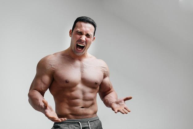 Sportowy facet krzyczy z wściekłości