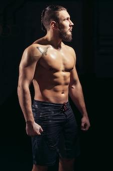 Sportowy i zdrowy muskularny mężczyzna