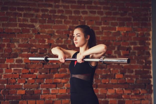 Sportowy kobieta ćwiczenia ze sztangą