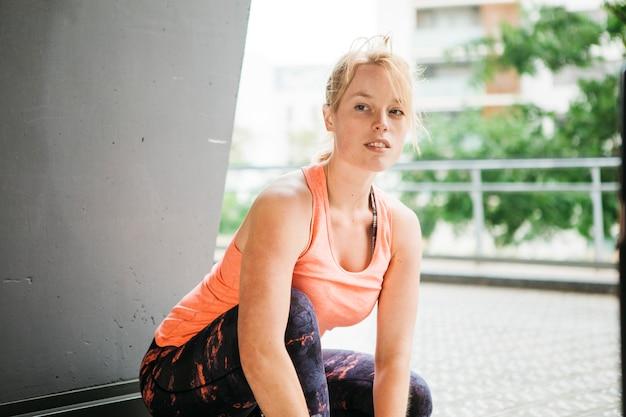 Sportowy kobieta w środowisku miejskim