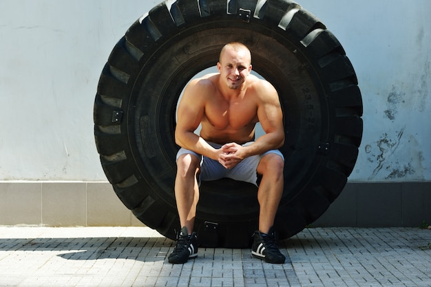 Sportowy kulturysta, wykonać ćwiczenia w sali gimnastycznej sportu