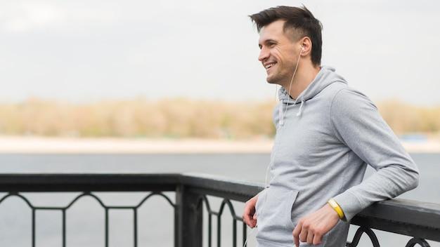 Sportowy mężczyzna cieszy się czas outdoors