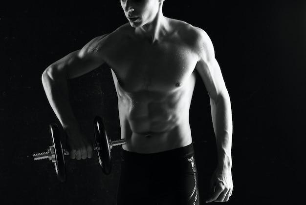 Sportowy mężczyzna ćwiczy motywację pozuje styl życia