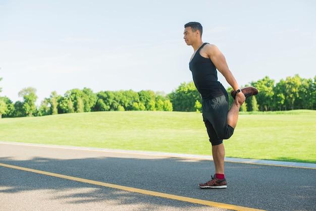 Sportowy mężczyzna ćwiczy sport plenerowy