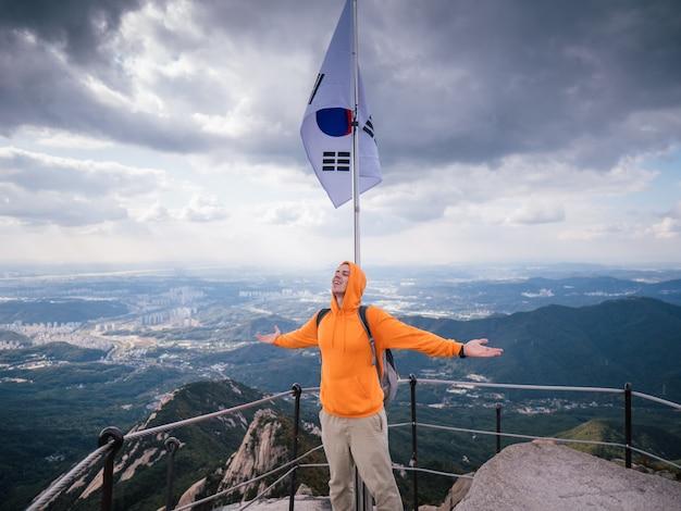 Sportowy mężczyzna na najwyższej górze seulu