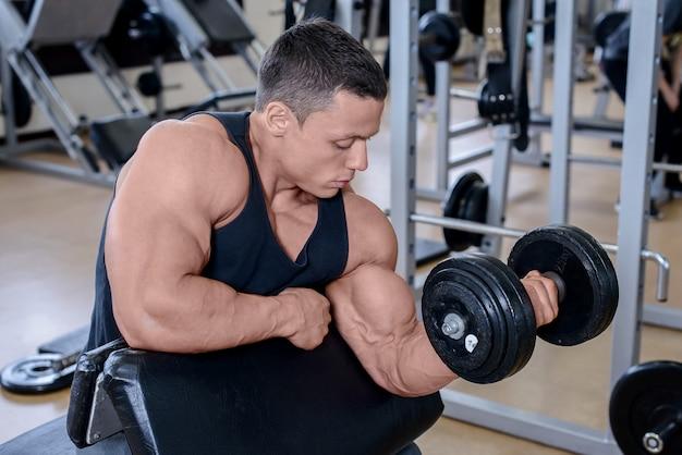 Sportowy mężczyzna na siłowni
