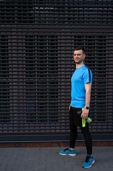 Sportowy mężczyzna portret nad szarym tłem