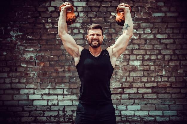 Sportowy mężczyzna pracujący z kettlebell. siła i motywacja