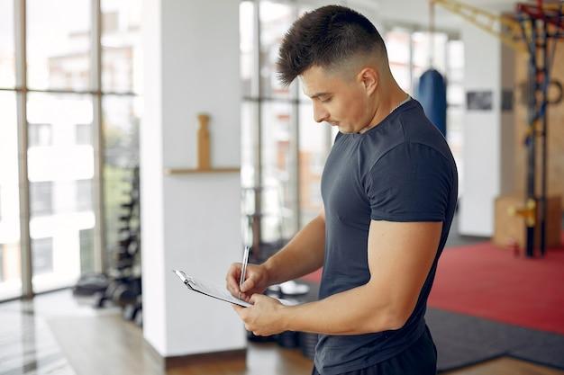 Sportowy mężczyzna spędza czas na porannej siłowni