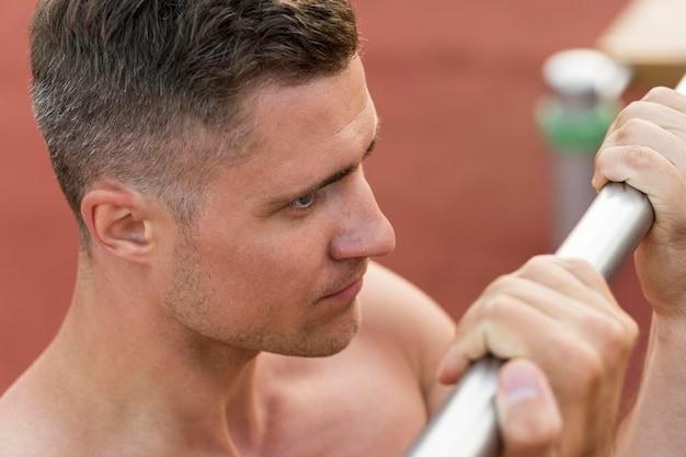 Sportowy mężczyzna trenuje półnagi zakończenie